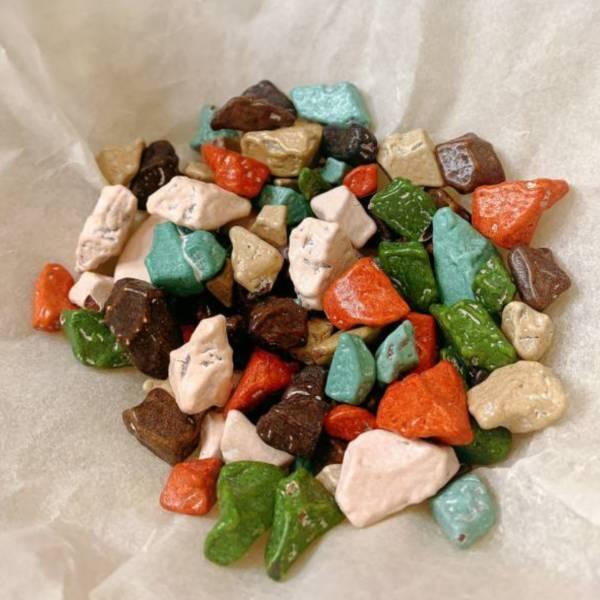 石頭巧克力(大包裝) 石頭巧克力,大理石巧克力,石頭造型,石頭紋路,巧克力,朱古力,牛奶巧克力,彩岩巧克力,岩石巧克力,彩色巧克力,魔岩巧克力,進口巧克力,韓國巧克力,韓國,進口,甜食,古早味,懷舊,柑仔店,軟糖,餅乾,糖果,零食,團購,網路美食,安平蜜餞,台南蜜餞,甘宋梅,華記,華宋梅,汪福記,蜜餞,台南伴手禮,台南必吃,蜜餞推薦,2021台南伴手禮推薦