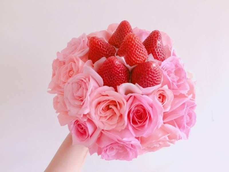 粉色系草莓捧花 新娘捧花,草莓捧花