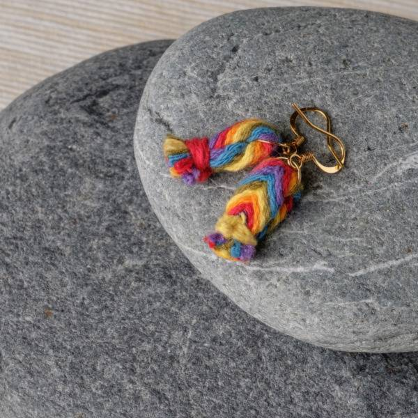 梅有綺飾 六色彩虹編織耳環 同志,多元性別,彩虹旗,歧視,LGBTQ