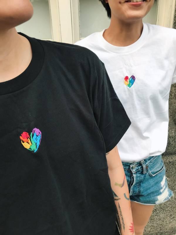 傻蓋電繡彩虹愛心 T-shirt