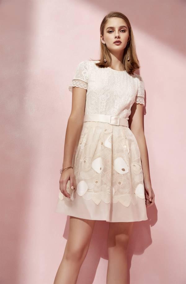 蕾絲拼接烏干繡花洋裝