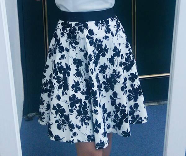 日本代購-現貨GINGER雅緻鬆緊腰頭圓裙短裙(白底黑花/L) 日本代購,GINGER,圓裙