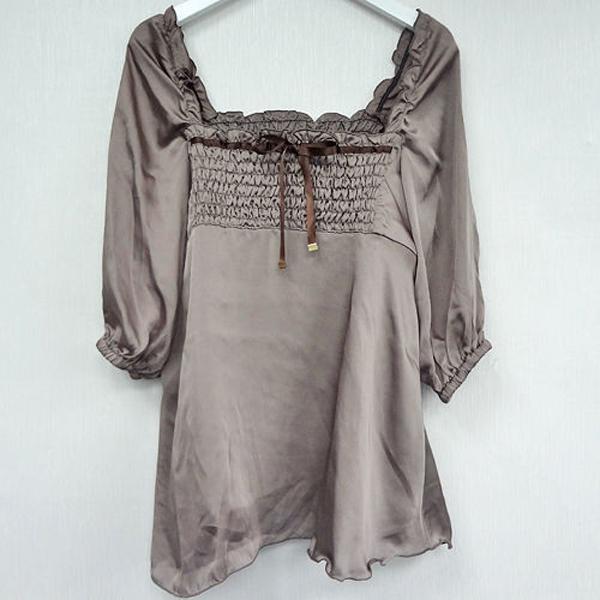 現貨-日本FOGGIA胸抓皺緞帶荷葉下擺平口上衣-棕色/M 日本代購
