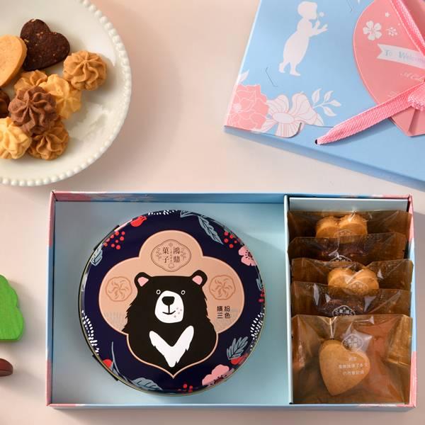 彌月禮盒A款-幸福不設限 佩甄推薦、鴻鼎菓子彌月禮盒首選,打造不一樣的寶寶滿月禮,手作心型堅果塔、人氣曲奇餅,藝人佩甄及上班這黨事大力推薦,讓您送禮有面子,送進對方心坎裡。