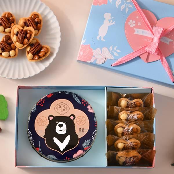 彌月禮盒D款-全部都給你 佩甄推薦、鴻鼎菓子彌月禮盒首選,打造不一樣的寶寶滿月禮,手作心型堅果塔、人氣曲奇餅,藝人佩甄及上班這黨事大力推薦,讓您送禮有面子,送進對方心坎裡。