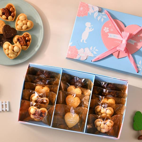 彌月禮盒C款-最簡單的愛 佩甄推薦、鴻鼎菓子彌月禮盒首選,打造不一樣的寶寶滿月禮,手作心型堅果塔、人氣曲奇餅,藝人佩甄及上班這黨事大力推薦,讓您送禮有面子,送進對方心坎裡。