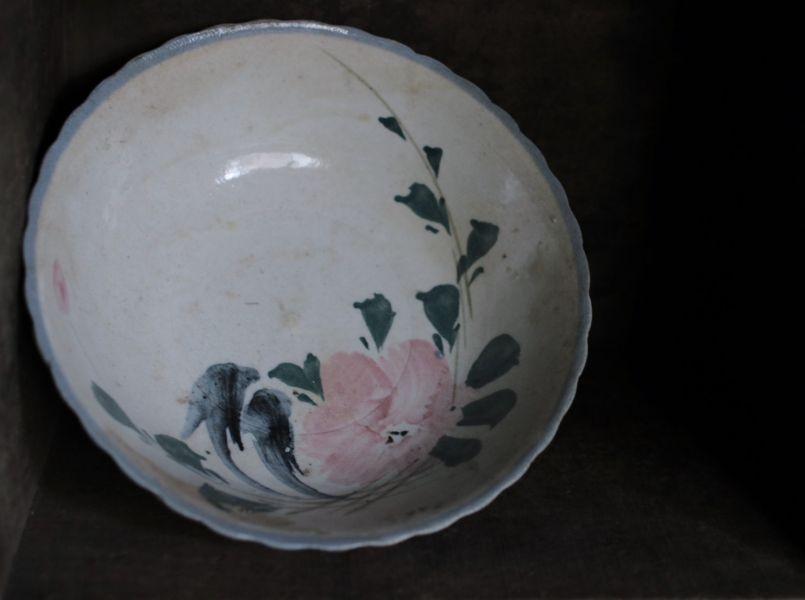 早期手繪花卉藍色浪邊大碗A