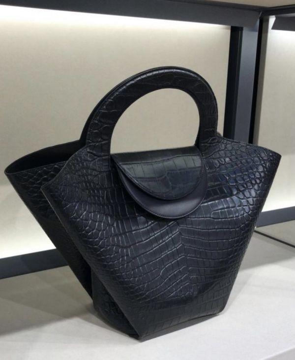 Bottega Veneta 658515 小牛皮鱷魚紋Doll 包    黑色