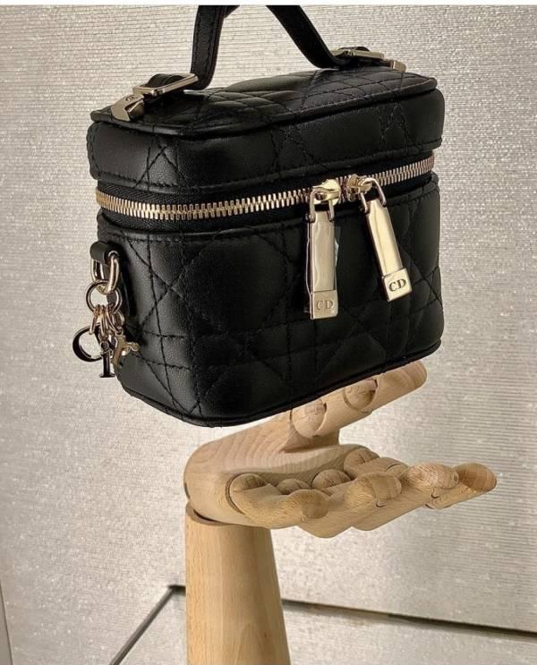 Dior 小型 Diortravel 黑色 Cannage 藤格紋圖案羊皮包  Bottega Veneta