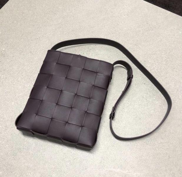 Bottega Veneta 649601 寬編織款郵差斜背包    深棕色