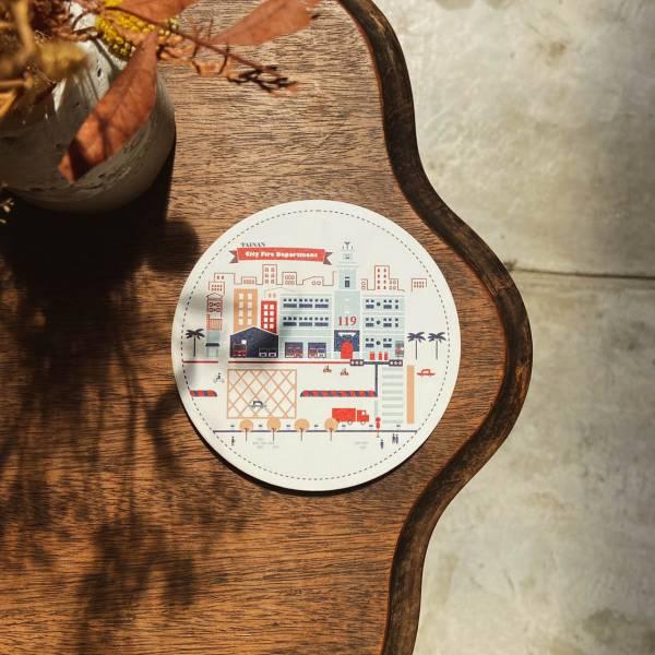 陶瓷吸水杯墊-卡通建築系列119消防大樓 花磚,杯墊,原印臺南,浮雕技術,UV印刷,文創商品,台南,紀念品,辦公室小物,禮物,母親節,情人節,父親節,兒童節,生日禮物,伴手禮