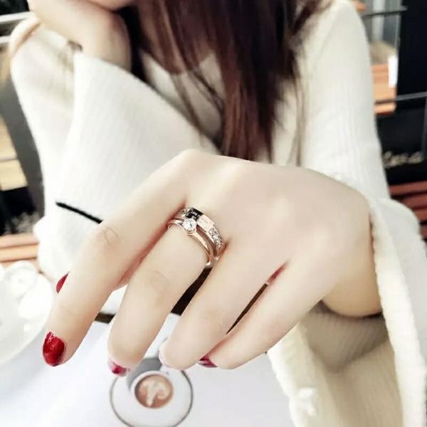 鈦鋼玫瑰金18K - 女王的守護者質感鋯鑽戒 戒指,飾品,鈦鋼,玫瑰金18K,LadyA,可愛,優雅,時髦,休閒,韓風,簡約, 玫瑰金戒指,玫瑰金, 鋯石,鋯石戒指,鑽石,鑽石戒指,水晶,水晶戒指