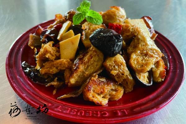 四喜烤麩 江南小菜 內容物:手撕烤麩 vs 筍片,木耳,香菇,乾辣椒