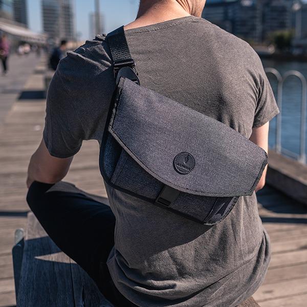 【澳洲ALPAKA】ALPHA Messenger(13吋)防盜斜肩郵差包|全世界最輕的平板郵差包 Alpha Messenger,平板郵差包,ALPAKA系列