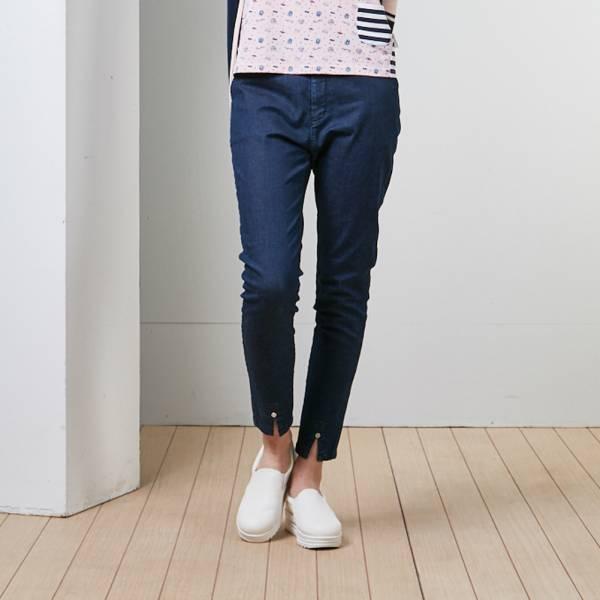 褲款開岔嵌小扣休閒牛仔褲-藍/黑