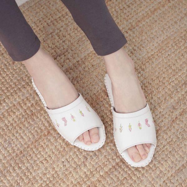 真皮手工縫製刺繡家居拖鞋/防滑室內拖鞋-牛奶白(繽紛森林) 女鞋,室內拖,台灣設計,台灣製造,拖鞋,布花,居家良品,防滑,刺蝟,牛皮,真皮
