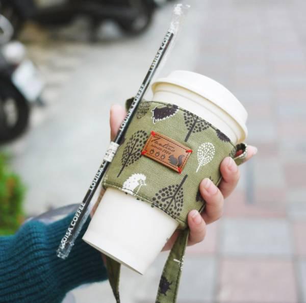 雙層隔熱環保飲料杯套/飲料提袋(叢林躲貓貓)-抹茶綠 飲料杯套,環保杯套,手提杯套,杯套,環保飲料提袋,飲料袋,飲料提袋,婚禮小物,禮物,外帶,環保,防水布,杯套,飲料,提袋,杯套提袋,環保杯袋,環保杯,飲料杯