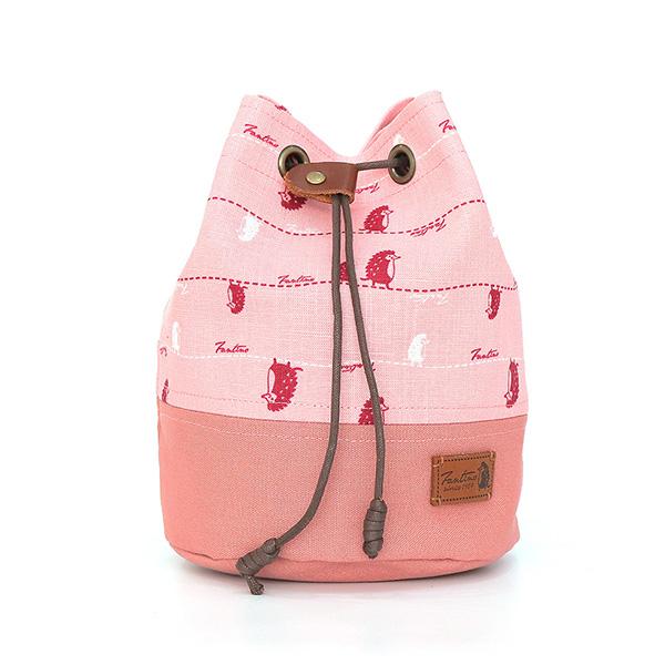 漫步一線間側背抽繩水桶包(櫻花粉) 手工布料,台灣設計,台灣製造,花布設計,質感袋包,文創設計,刺蝟,提袋,包包,居家良品,提袋,手提包,方包,肩背包,側背包