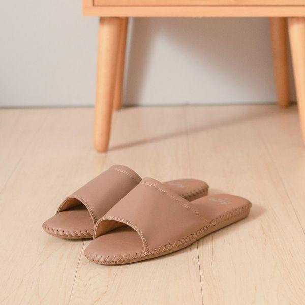(男鞋)真皮手縫家居男拖鞋/防滑室內拖鞋-牛奶巧克力(霧面) 女鞋,室內拖,台灣設計,台灣製造,拖鞋,布花,居家良品,防滑,刺蝟,牛皮,真皮