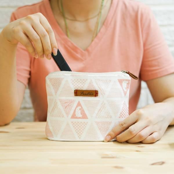 三角密室花布化妝包-共5色 手工布料,台灣設計,台灣製造,花布設計,質感袋包,文創設計,刺蝟,提袋,包包,居家良品,提袋,手提包,方包,肩背包,側背包