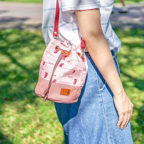 漫步一線間側背抽繩水桶包-共5色 手工布料,台灣設計,台灣製造,花布設計,質感袋包,文創設計,刺蝟,提袋,包包,居家良品,提袋,手提包,方包,肩背包,側背包
