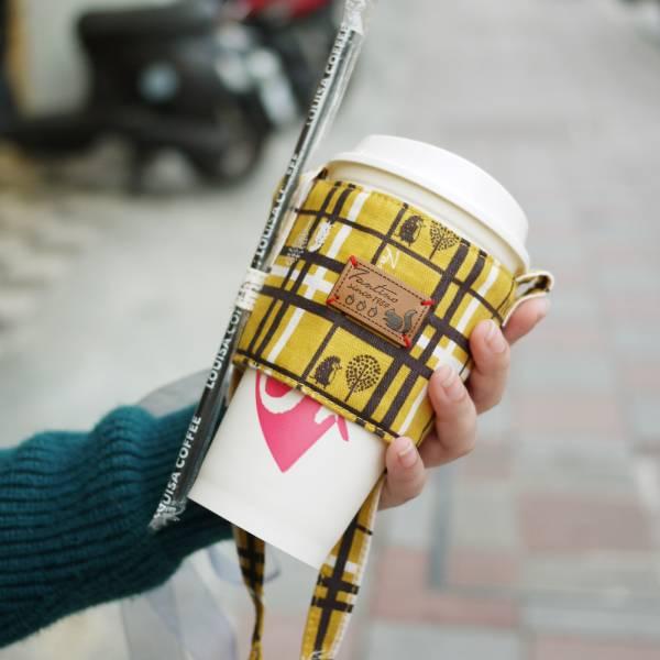 雙層隔熱環保飲料杯套/飲料提袋(格紋街區)-芥末黃 飲料杯套,環保杯套,手提杯套,杯套,環保飲料提袋,飲料袋,飲料提袋,婚禮小物,禮物,外帶,環保,防水布,杯套,飲料,提袋,杯套提袋,環保杯袋,環保杯,飲料杯