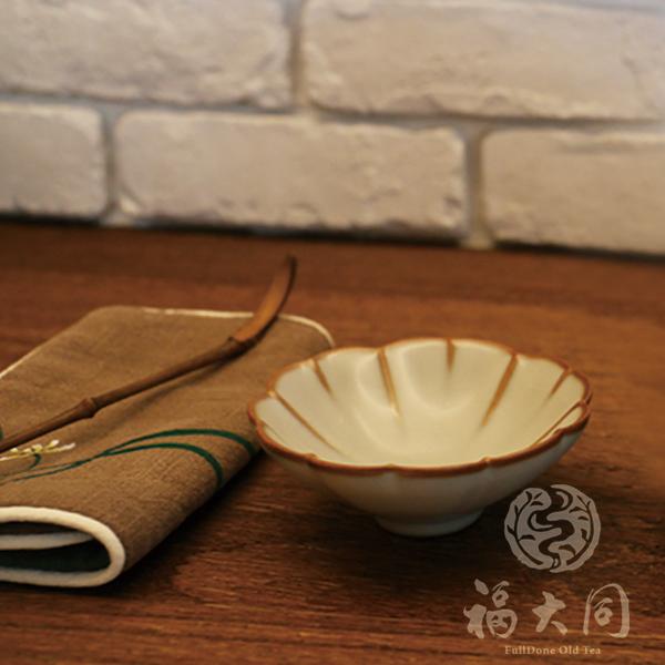 汝窯釉 花瓣杯 米豆色 台灣燒製 汝窯釉 花瓣茶杯 米豆色 台灣製 高溫燒製:1320度