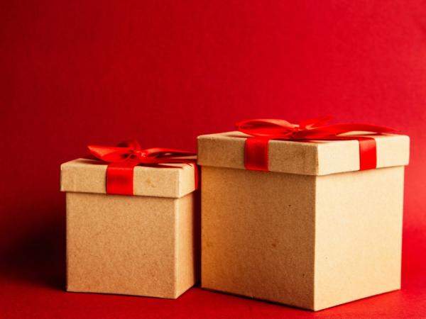 《紅緞帶牛皮禮物盒》