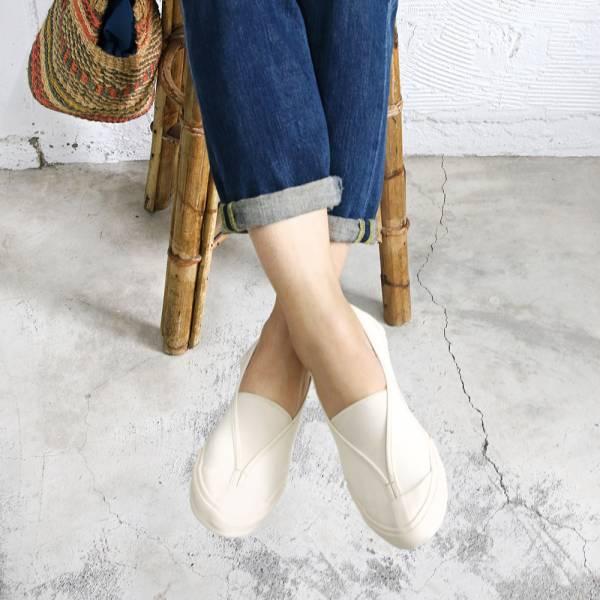 【現貨】世界系列_Pennylane防踢設計_大人的修飾腳型V口帆布休閒鞋_象牙白