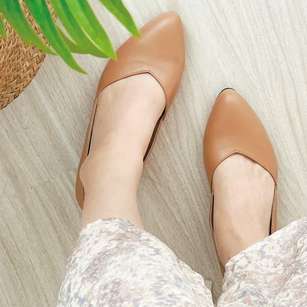 【現貨】後踵防磨設計_前V側V修飾腳型通勤低跟鞋_米
