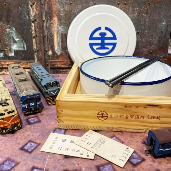 2005懷舊鐵路便當盒 附紙袋 文創商品,台灣文化,懷舊商品,復古風,紀念商品,台灣味,台灣文創,火車便當,鐵路,台鐵,木子創意。