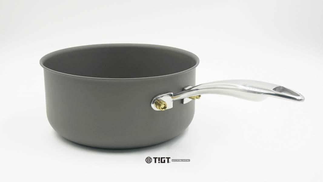 TIGT-<暗黑紙盒版>鈦平小鍋-185mm直徑 ( 99% 鈦金屬一體成型製成,表面微弧處理 ) 無布套,僅有暗黑小鍋一只裝 質輕、純鈦、一體成形、健康無毒、耐用