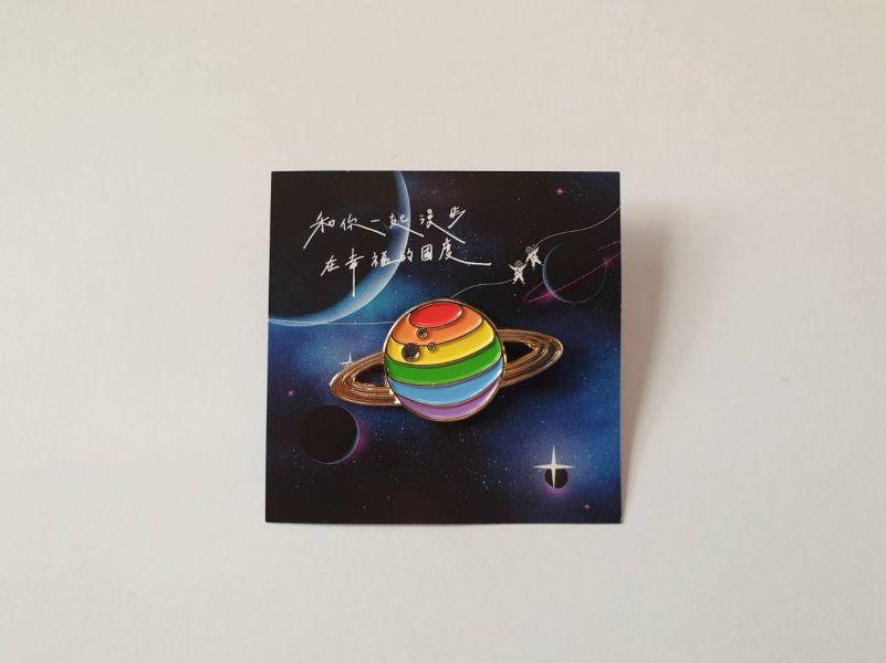 彩虹星球金屬徽章 彩虹商品,彩虹小物,徽章,宇宙
