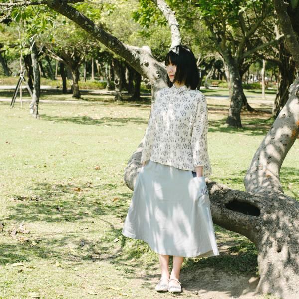 拼接口袋傘裙/藝術家聯名/印花樂 x 古曉茵/森林物語/素色刺繡灰 裙子,拼接,花裙,印花布料,長裙