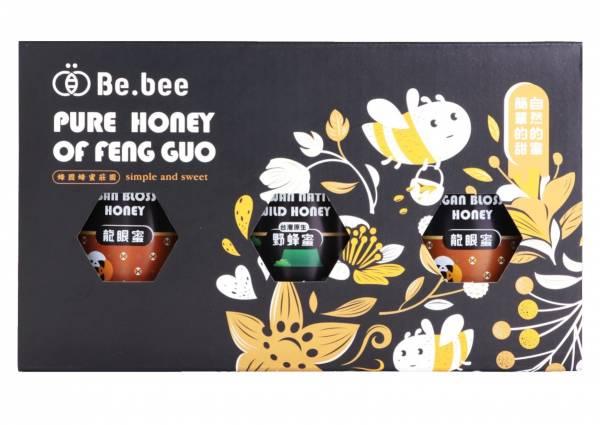 H020-BeBee 龍眼蜜2/野蜂蜜 禮盒  3瓶裝  130g/瓶  20x11x7 公分(龍眼蜜:清新的空氣,純淨的水源,種植於南投中寮世外桃源的龍眼樹,由蜜蜂們一點一滴萃取出甜美的金黃,香氣濃醇、圓潤質順,每一口在舌尖交織出甜美的樂章,讓人醉心於簡單的甜蜜。   天然蜂蜜  蜂蜜